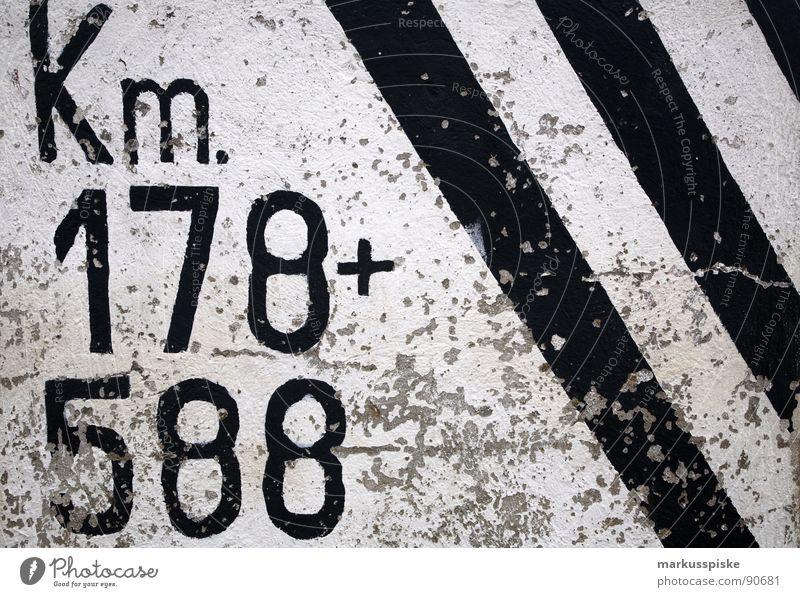 zwischen 178 und 588 km... ca. weiß schwarz Farbe Verkehr Schriftzeichen Dekoration & Verzierung Streifen Hinweisschild Verkehrswege Typographie Orientierung Kilometer