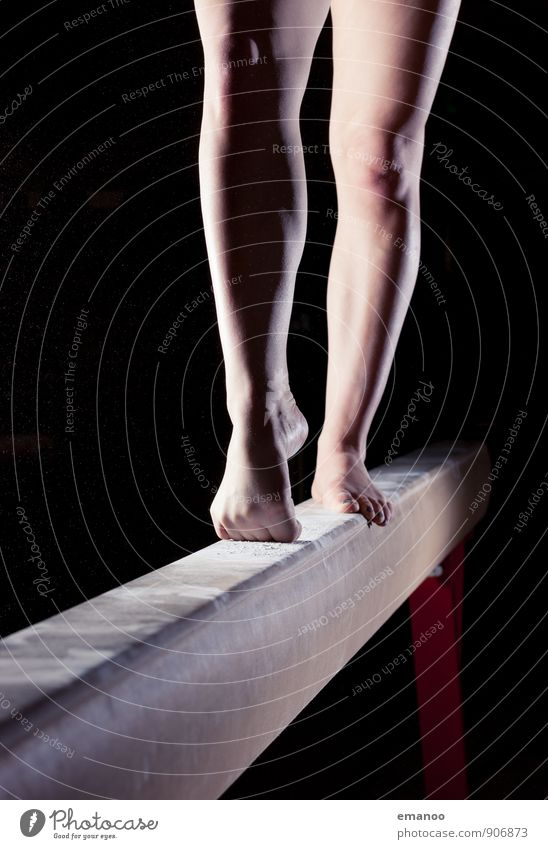 Turnerinnenbeine Mensch Jugendliche schön Junge Frau Freude dunkel Bewegung feminin Sport Stil Beine Fuß Lifestyle stehen ästhetisch Fitness