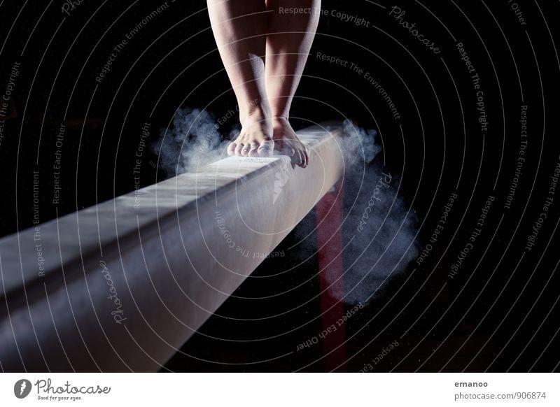 sichere Landung Freude sportlich Fitness Sport Sport-Training Sportler Mensch feminin Junge Frau Jugendliche Beine Fuß 1 springen stehen dünn stark Erfolg Kraft