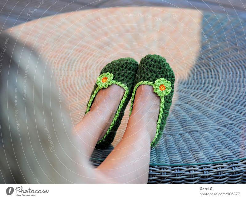 prima Ballerinas Lifestyle Stil Design Wellness Wohlgefühl Zufriedenheit Erholung ruhig Spielen Handarbeit Tisch Frau Erwachsene Beine Fuß Bekleidung Schuhe