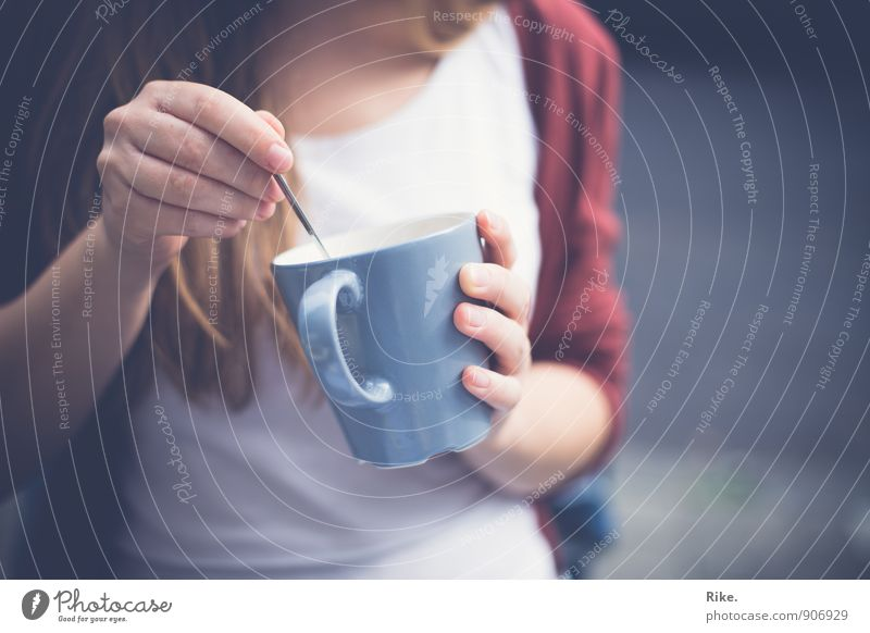 Kaffeepause. Frühstück Kaffeetrinken Getränk Heißgetränk Tee Tasse Löffel Lifestyle Gesundheit Gesunde Ernährung Freizeit & Hobby Mensch feminin Junge Frau