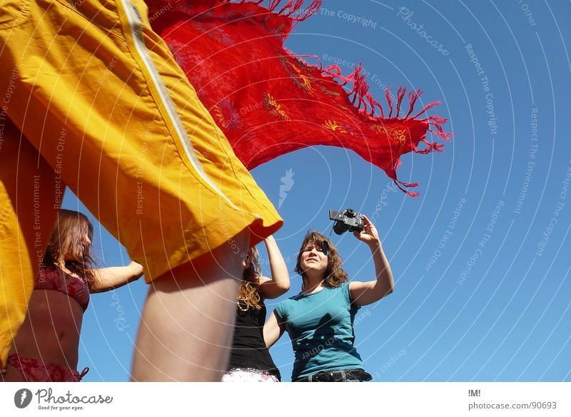 delighted colors Frau Mensch Jugendliche Himmel blau rot Sommer Freude Ferien & Urlaub & Reisen gelb Farbe Erholung Bewegung Wärme Freundschaft hell