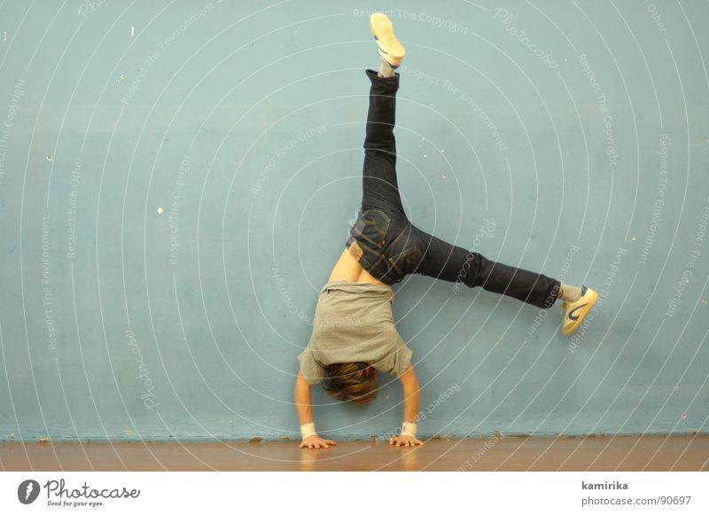 blumentopf Handstand Akrobatik Turnen Sporthalle Schwerkraft stark gelenkig Kraft Fitness Breakdancer Jeanshose gymnastisch
