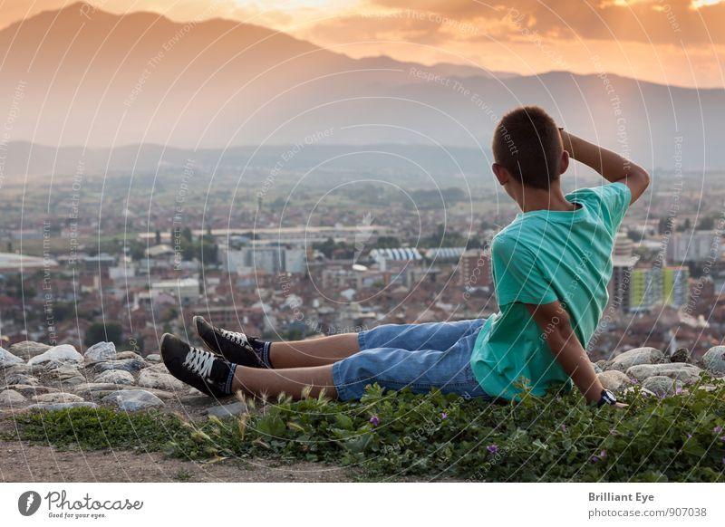 Sitzender Junge schaut zur Stadt hinunter Lifestyle harmonisch Zufriedenheit Sommer Sommerurlaub wandern maskulin 1 Mensch 8-13 Jahre Kind Kindheit Landschaft