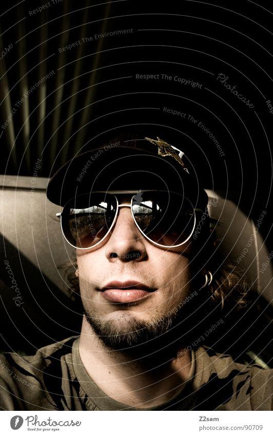 in the train Eisenbahn Ferien & Urlaub & Reisen unterwegs fahren Gleise Mann Sonnenbrille Baseballmütze Bart maskulin Licht Sonnenstrahlen Streifen Muster