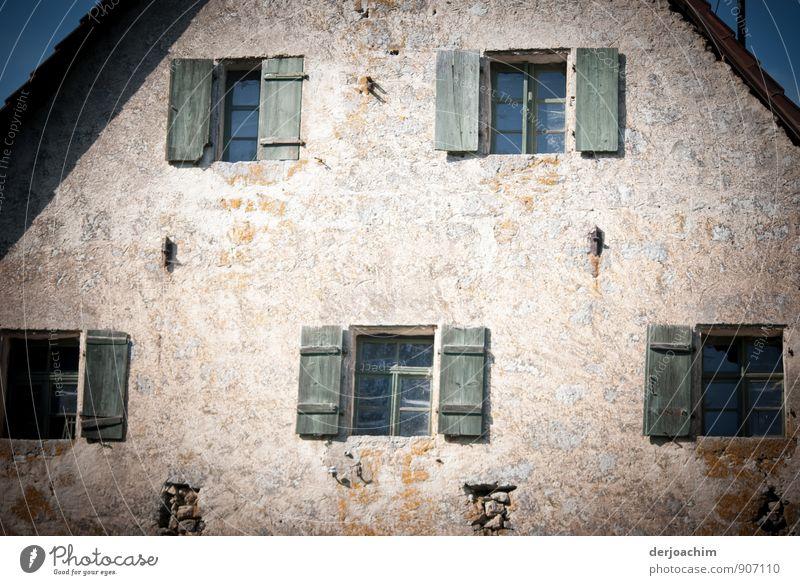 Sommerlicher Adventskalender, Altes mit teilweisen offenen Fensternläden, Bauernhaus in der Nähe von Egloffstein im öberfränkischen Landkreis. Wohlgefühl