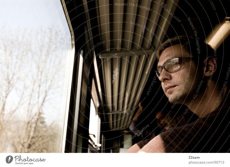 thinking Denken stehen Mann Eisenbahn Brille Sonnenbrille Fenster Fensterblick Ferien & Urlaub & Reisen fahren Gleise Bayern Gepäckablage hochkrempeln Porträt