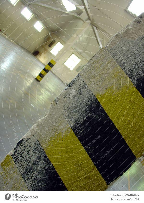 Gefälle! Gefällt? weiß schwarz gelb leer Industrie Baustelle Teilung tief Lagerhalle diagonal Säule Trennung Strebe