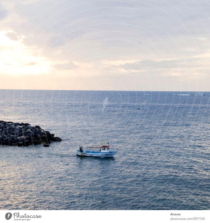 spät dran Beruf Fischerboot Himmel Sonnenaufgang Sonnenuntergang Küste Meer Mittelmeer Schifffahrt Bootsfahrt Hafen fahren fangen Ferien & Urlaub & Reisen