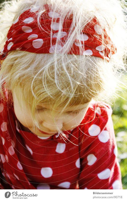Red Kind Mädchen rot Polkatänzer Kreis blond Wiese Erholung kindlich Porträt weiß child red dots Haare & Frisuren Sonne Gesicht hair meadow face Punkt