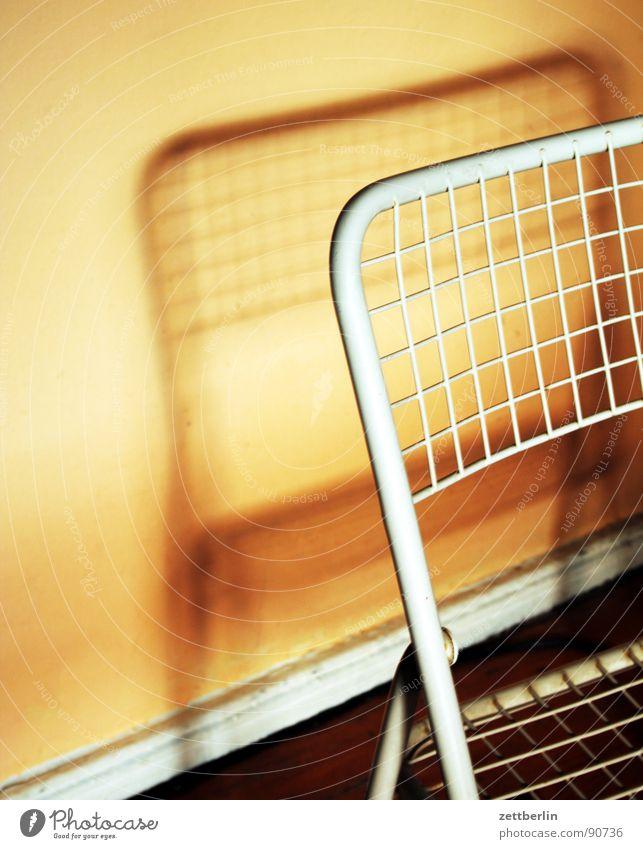 Klappstuhl Einsamkeit Wand Mauer Wohnung Innenarchitektur Häusliches Leben Stuhl Möbel Flur Haushalt Selbstportrait Mieter Altbau Ambiente Vermieter Feierabend