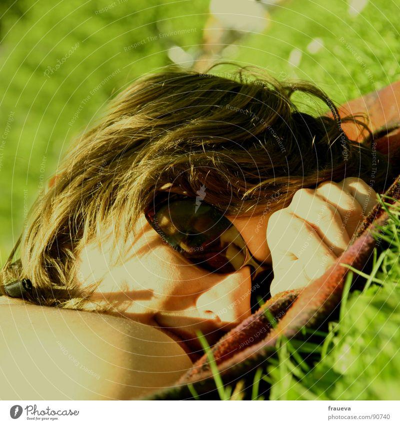chillin in the sun Frau Hand Sonne Sommer Gesicht ruhig gelb Farbe Erholung Wiese feminin Gras Frühling Haare & Frisuren Brille liegen
