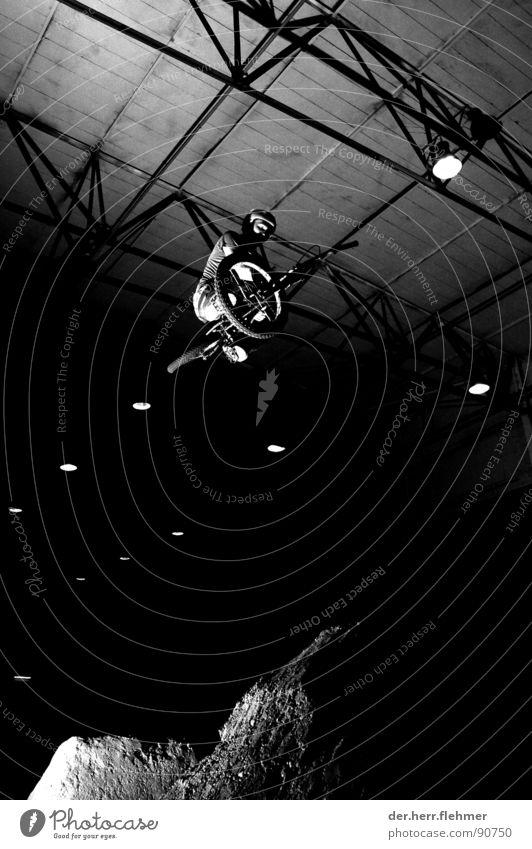 tabletop-tobaggan weiß schwarz Sport Spielen Sand Erde Beton Industriefotografie diagonal Kette Rahmen Lagerhalle Erdöl vertikal Griff horizontal