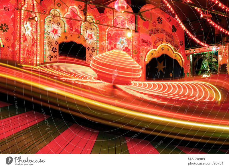 Karusell Langzeitbelichtung Oktoberfest Jahrmarkt Lampe schwarz rot drehen Auto-Skooter Geschwindigkeit Freizeit & Hobby Romantik schreien Freude Ampel Licht