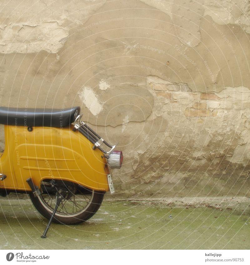 abstellplatz I Motorrad Oldtimer Rad Gummi Ständer Mauer Rücklicht Kleinmotorrad laut Abgas Hinterhof Kotflügel Felge Speichen Schwalben verfallen prifiel