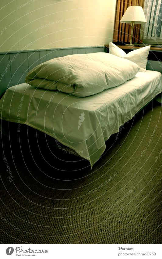 traurige nacht05 Hotel Nacht schlafen Hotelzimmer Bett Fenster Vorhang Raum Polster Möbel Bettwäsche Einsamkeit verloren Trauer Verzweiflung trist grau Trennung