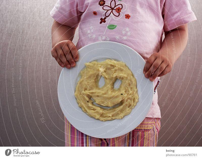 Schmeckt nicht, gibt's doch :( Teller Brei lachen Ernährung Gesicht Kartoffelpüree Kind Kinderteller Smiley Kopf Freude Vegetarische Ernährung Kleinkind