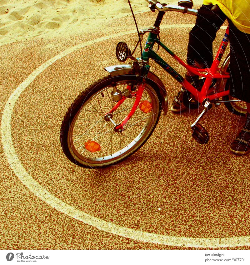 *quadratur des kreises* Mensch Kind Ferien & Urlaub & Reisen Mädchen Sommer schwarz gelb Spielen Junge Fahrrad modern stehen Kreis Pause fahren festhalten