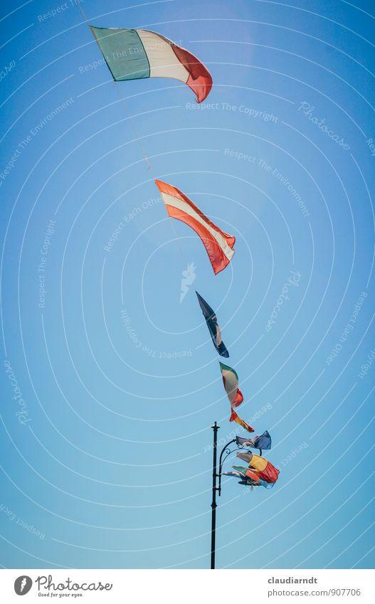Fähnchen im Winde Himmel Europa Schönes Wetter Italien Fahne Wolkenloser Himmel Österreich wehen Identität Politik & Staat international flattern Laternenpfahl