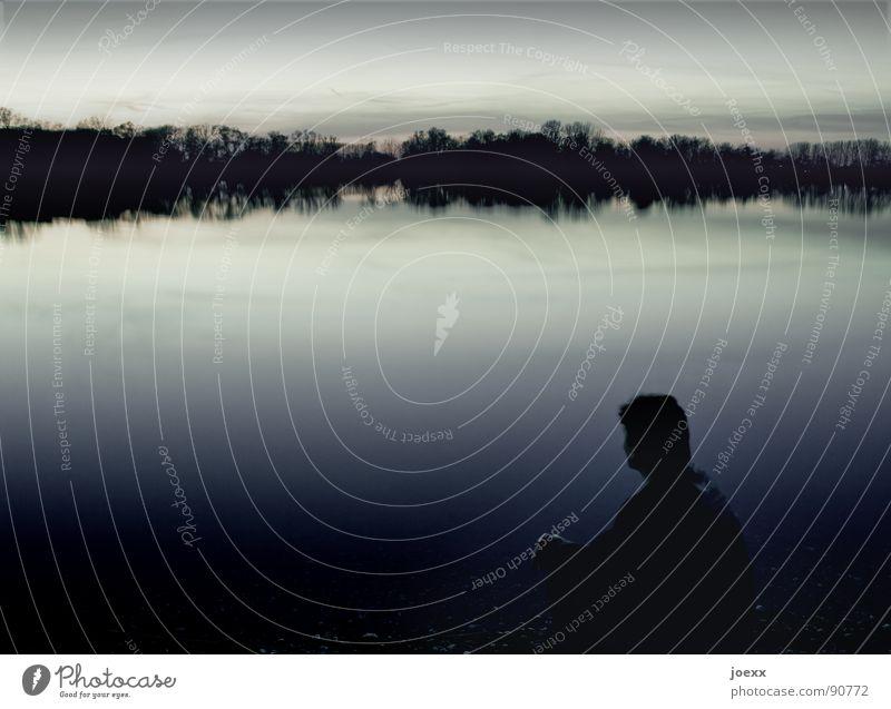 Seeblick Abenddämmerung abgelegen Baum beschaulich dunkel Einsamkeit Erholung Gegenlicht ruhig Denken Wasser Horizont Langzeitbelichtung Mann schweigen