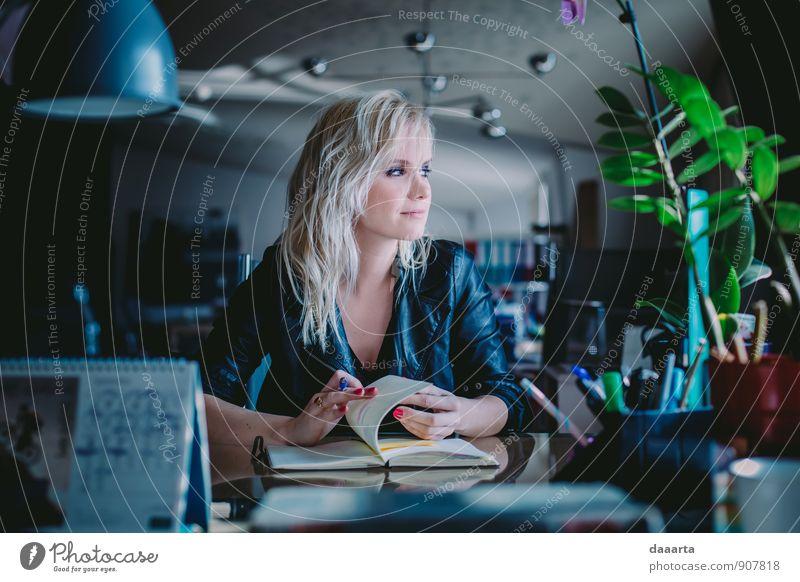 Planung Lifestyle elegant Stil Freude Schminke Nagellack Freizeit & Hobby Abenteuer Wohnung Büroarbeit Flirten feminin Jacke Leder Lederjacke blond Lächeln