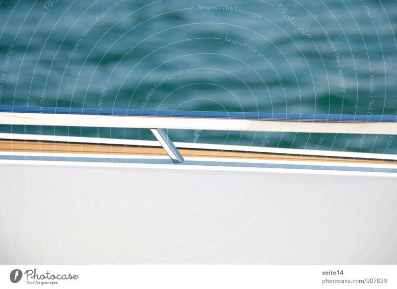 Reling Schifffahrt Bootsfahrt Sportboot Jacht fahren Wasserfahrzeug Meer See Aluminium Geländer weiß blau Wellen Detailaufnahme Motorboot Sonne Tag modern