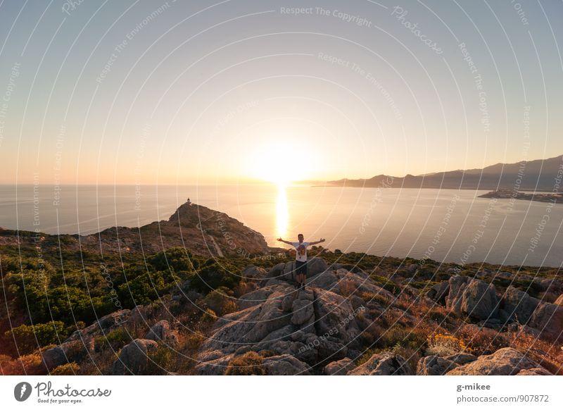 Freiheit Mensch maskulin Junger Mann Jugendliche 1 18-30 Jahre Erwachsene Umwelt Landschaft Erde Luft Wasser Sonne Sonnenaufgang Sonnenuntergang Sommer Felsen
