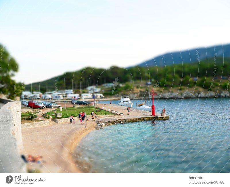 mini osor mehrfarbig Meer türkis Kroatien Fischer Crès Mauer grau nass klein Miniatur Camping Strand braun Wasserfahrzeug Sportboot Wald grün Felsen Hügel