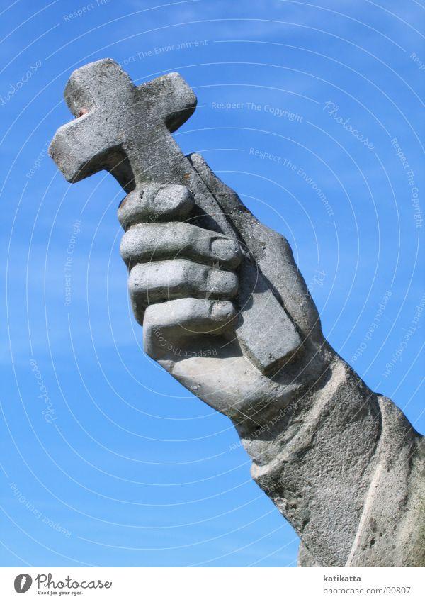 festhalten. Hand alt Himmel blau kalt grau Stein Religion & Glaube Rücken Finger Frieden Statue Denkmal Wahrzeichen Glaube Gott