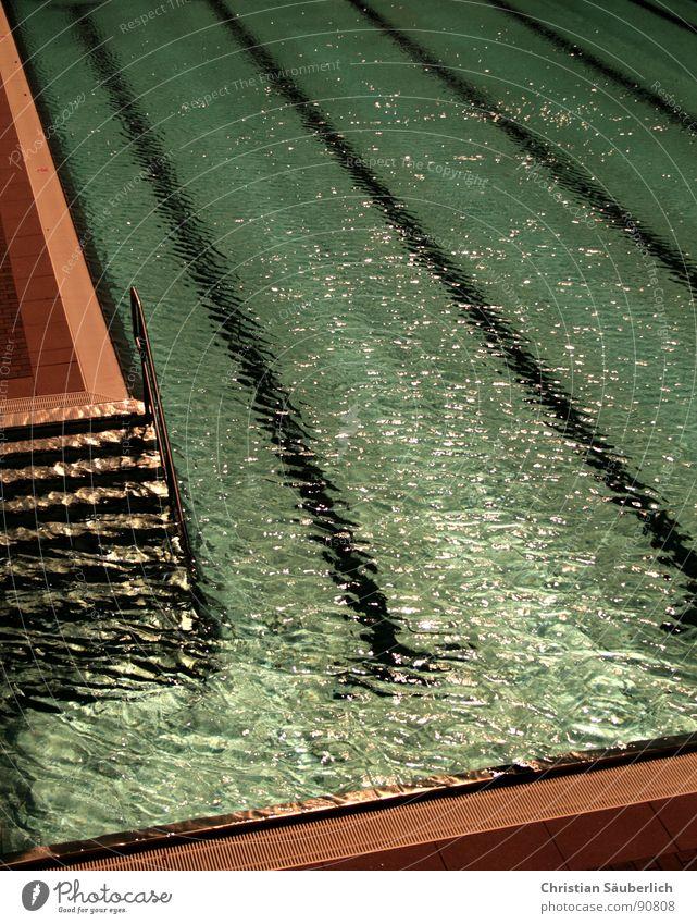 Badesaison 2007.1 Schwimmbad fließen kalt grün Sommer Chlor Sport Spielen Wasser Eisenbahn Makierungen Treppe Geländer Fliesen u. Kacheln Klarheit blau Urin