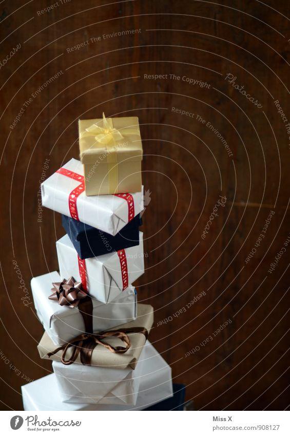 Massig Feste & Feiern Geburtstag Verpackung Paket Schleife hoch Gefühle Stimmung Vorfreude Hemmungslosigkeit Weihnachtsgeschenk Geschenk Stapel Bescherung