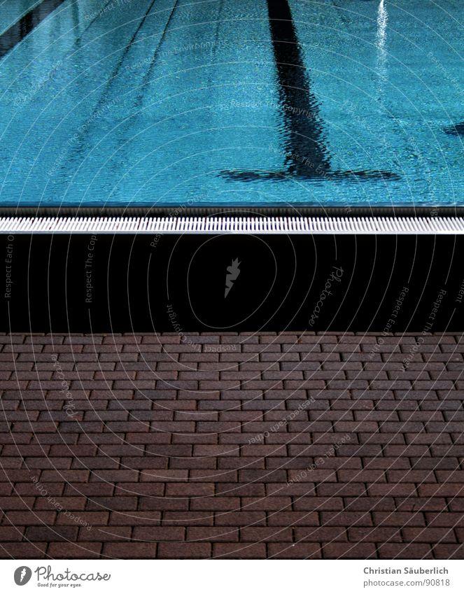 Badesaison 2007.3 Schwimmbad fließen kalt grün Sommer Chlor schwarz Sport Spielen Wasser Eisenbahn Makierungen Treppe Geländer Fliesen u. Kacheln Klarheit blau