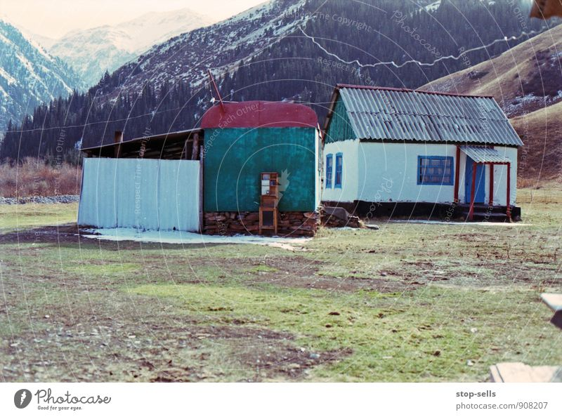 Ensemble Natur Einsamkeit Landschaft Haus Berge u. Gebirge Gras Schnee Stimmung Eis Klima einfach Schönes Wetter Gipfel Frost Hügel Schneebedeckte Gipfel