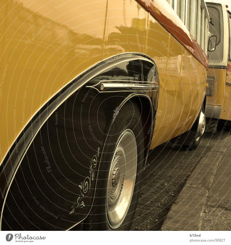 Oldschool ÖPNV - I Bus Verkehrsmittel Öffentlicher Personennahverkehr weiß rot gelb schwarz Felge Bordsteinkante alt old-school veraltet historisch vergangen