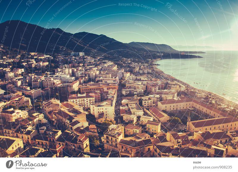 Abendvorstellung Ferien & Urlaub & Reisen Stadt Meer Haus Reisefotografie Architektur Küste Gebäude Stimmung wild Häusliches Leben Tourismus Idylle Italien