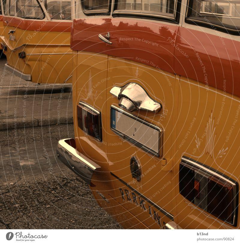 Oldschool ÖPNV - II alt weiß rot schwarz gelb Straße Verkehr Vergangenheit historisch Bus vergangen Oldtimer Bordsteinkante Verkehrsmittel veraltet old-school