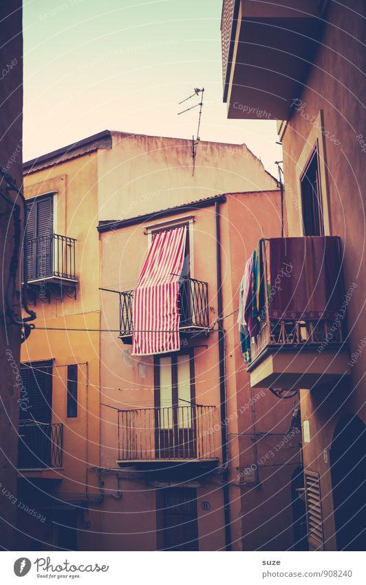 Stockwerk | Aussichtslos Ferien & Urlaub & Reisen alt Einsamkeit Haus Fenster Architektur Fassade dreckig Häusliches Leben trist Zufriedenheit Tourismus