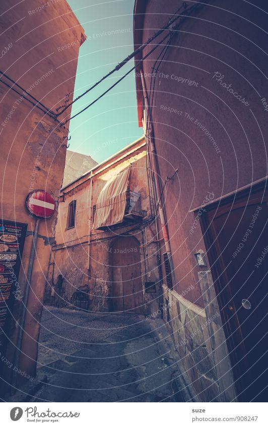 Jetzt sieh das mal nicht so eng ... Ferien & Urlaub & Reisen Stadt alt Straße Reisefotografie Architektur Stil Gebäude braun Fassade dreckig Idylle trist Tür