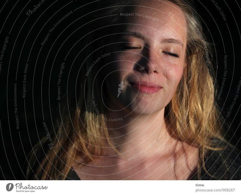 . Mensch Jugendliche schön Junge Frau Erholung Wärme Leben Gefühle feminin Glück träumen Zufriedenheit blond Lächeln genießen Lebensfreude