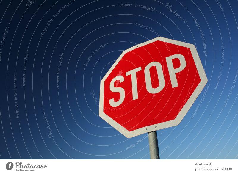 STOP stoppen Stoppschild Halt Verkehr gefährlich rot fahren Symbole & Metaphern Verkehrszeichen Straßennamenschild bedrohlich Mischung Himmel