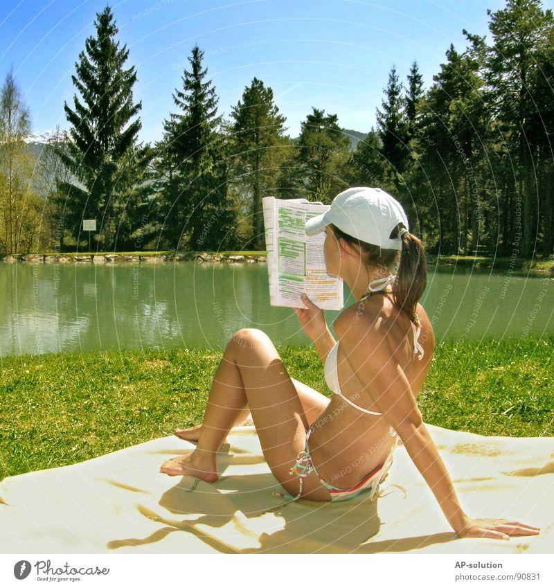 Lernen am See Frau Mensch Himmel Natur Jugendliche Wasser blau Baum Sonne Freude Sommer Wald Berge u. Gebirge Landschaft Gefühle Gras