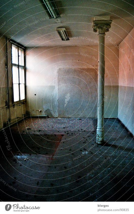 ruine einer ddr-kaserne alt Einsamkeit dunkel Fenster Raum dreckig Deutschland Vergänglichkeit verfallen Vergangenheit Ruine DDR schäbig Säule Sozialismus Militärgebäude