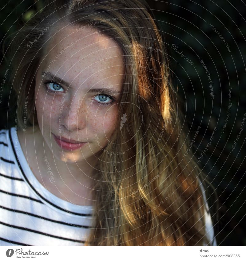 . Mensch Jugendliche schön Junge Frau Erholung ruhig Leben feminin Garten Kraft Zufriedenheit blond beobachten Lebensfreude Neugier T-Shirt