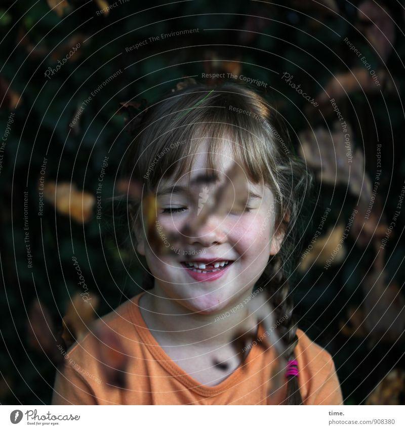 Lina genießt den Herbst Mädchen Zahnlücke 1 Mensch 3-8 Jahre Kind Kindheit Schönes Wetter Pflanze Blatt Herbstlaub Garten T-Shirt Zopf Lächeln lachen