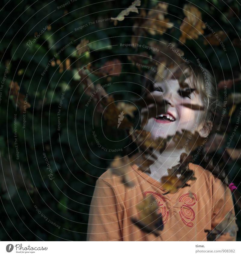Lina entdeckt den Herbst Mensch Kind Pflanze Blatt Mädchen Freude lustig Glück lachen Gesundheit Garten Kindheit authentisch Fröhlichkeit Schönes Wetter