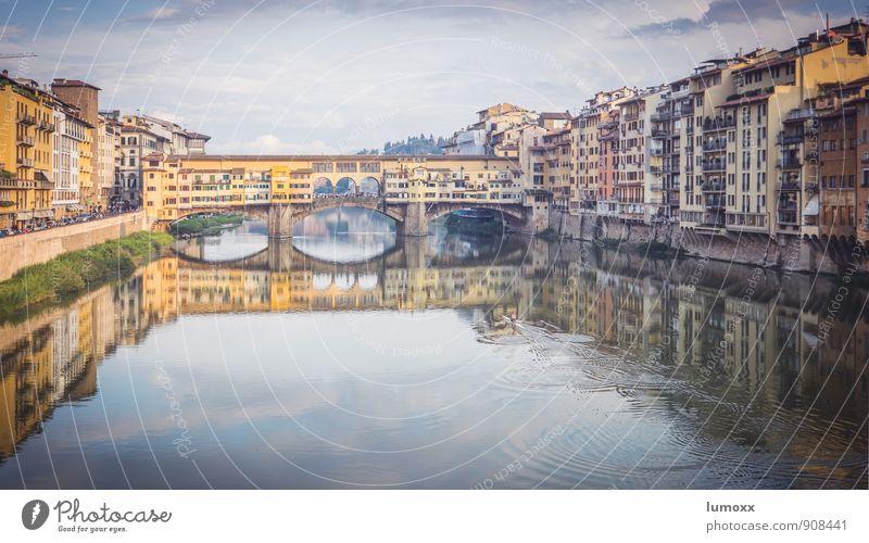 ponte vecchio Wasser Flussufer Florenz Italien Europa Stadtzentrum Haus Brücke Sehenswürdigkeit Ponte Vecchio alt authentisch Bekanntheit elegant blau gelb