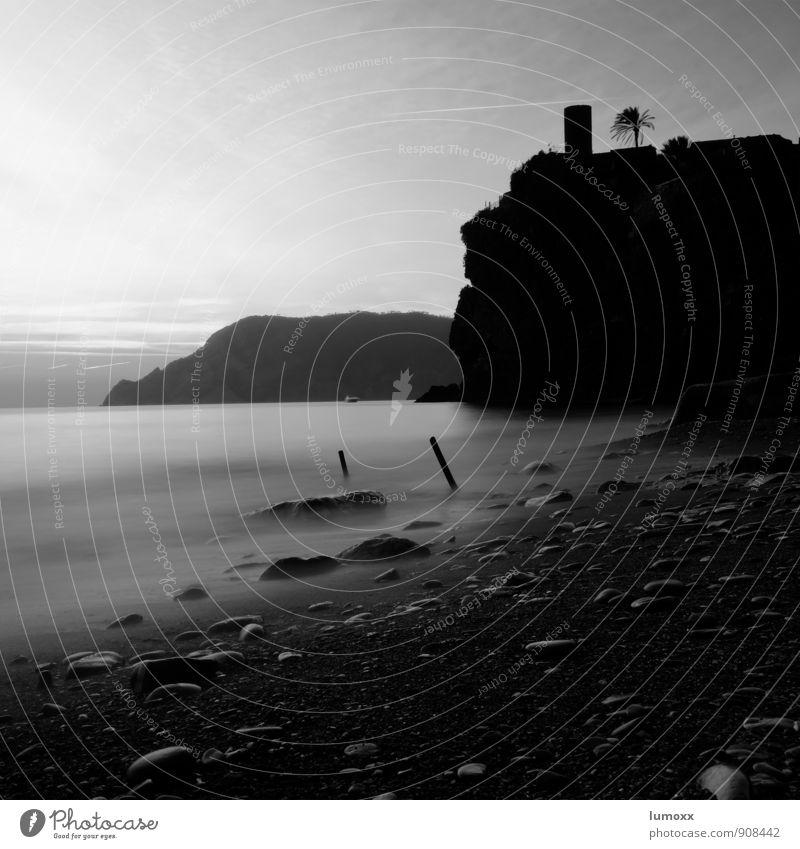 castello Natur Wasser Sonnenaufgang Sonnenuntergang Sommer Palme Küste Strand silber Felsen Vernazza Cinque Terre Italien Schwarzweißfoto Dämmerung Silhouette