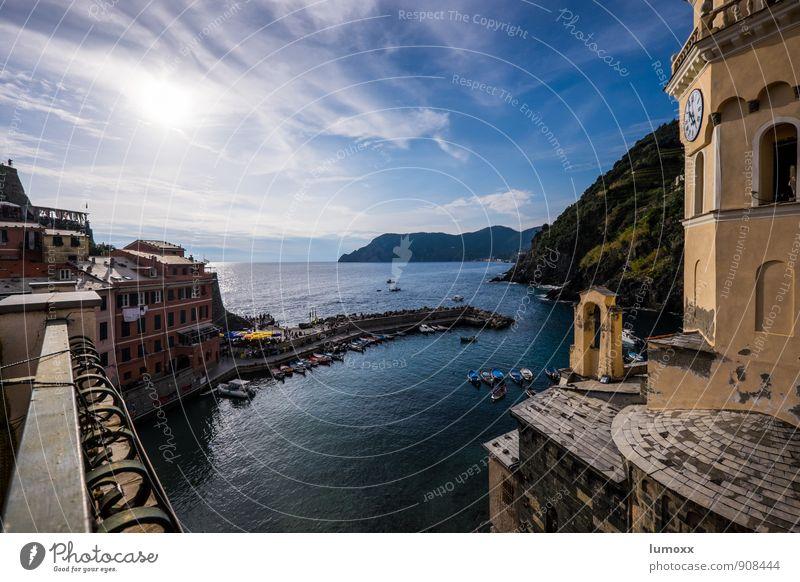 vista Wolken Sonnenlicht Schönes Wetter Küste Meer Vernazza Italien Europa Fischerdorf Haus Kirche blau gelb Aussicht Ruderboot Mole Hafen Cinque Terre Farbfoto