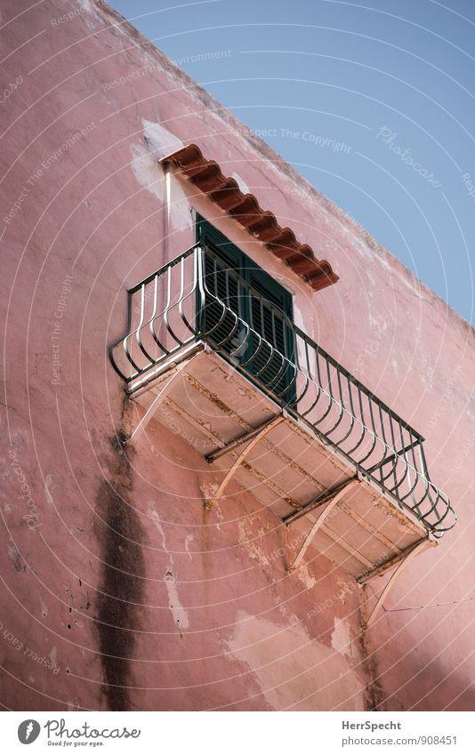 ...könchen Haus Mauer Wand Fassade Balkon Fenster Tür Dach alt rosa Rost dreckig Geländer mediterran Italien Siesta Farbfoto Gedeckte Farben Außenaufnahme