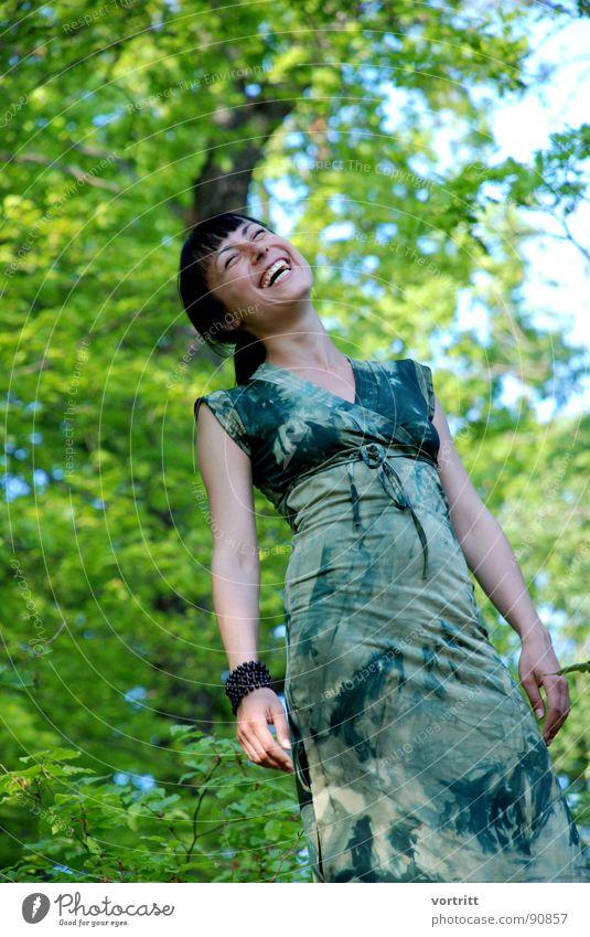 elfe im tarnanzug Frau Mensch Himmel grün schön Baum Freude Wald feminin lachen Frühling Fröhlichkeit Kleid Bekleidung Elfe Prinzessin
